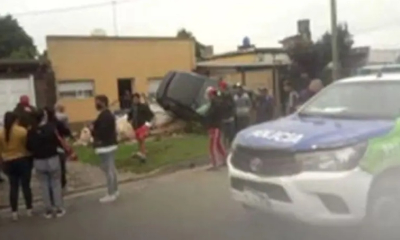 Vídeo: Dos hermanos de 11 y 14 años le sacaron el auto al padre y estrellaron  el frente de una casa