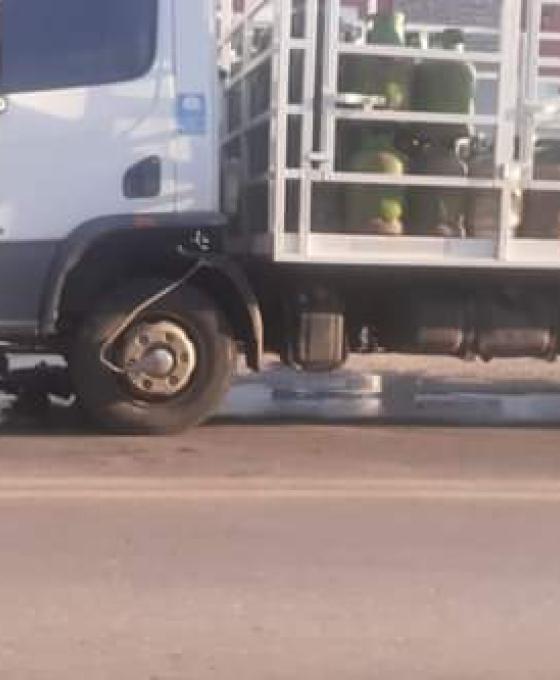 Impactantes videos: motociclista derrapó y fue atropellado por un camión