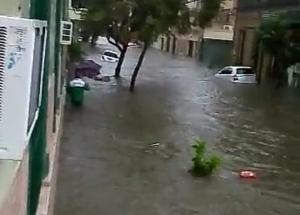 Video: El temporal arrastró autos estacionados en distintos puntos de la ciudad