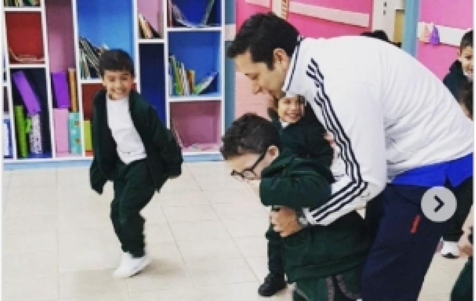 Un profe jugó con su alumno que sufre una discapacidad motriz a la par de sus compañeros en un jardín