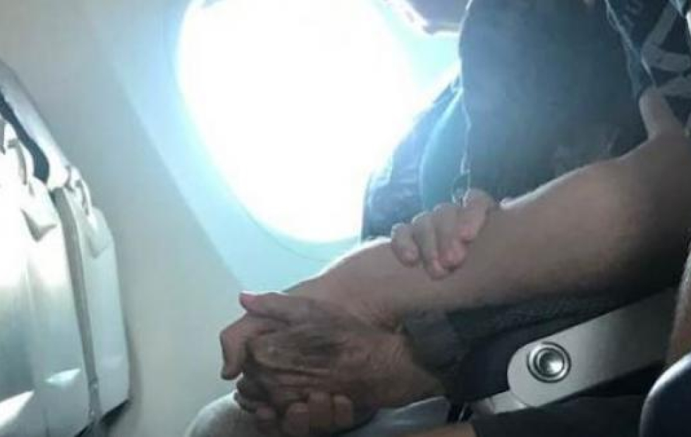 Viral: El emotivo gesto de un joven con una anciana de 96 años que tenía miedo a volar
