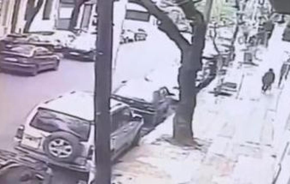 Video: Atacó a policías con un cuchillo y lo mataron a balazos