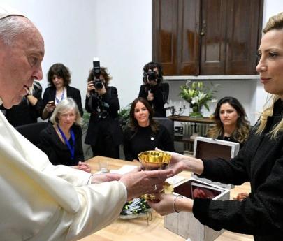 Fabiola Yañez le obsequió al Papa Francisco el cáliz usado en la misa de Luján