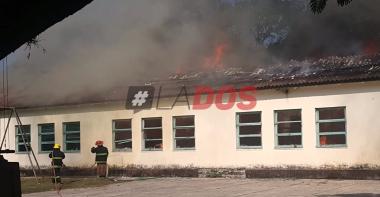 """""""Es una pérdida total"""": Directora pide colaboración tras impresionante incendio de una escuela en Corrientes"""