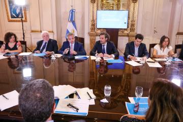 Alberto con gabinete.jpg