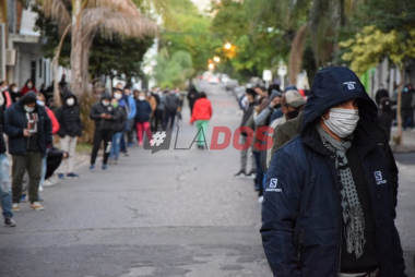 Frio en Corrientes: Las postales de las largas filas para cobrar el bono de Anses
