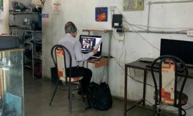 maestro-dando-clases-en-cibercafe.jpg