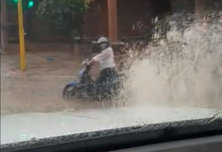 camioneta mojaba en dia de lluvia.jpg