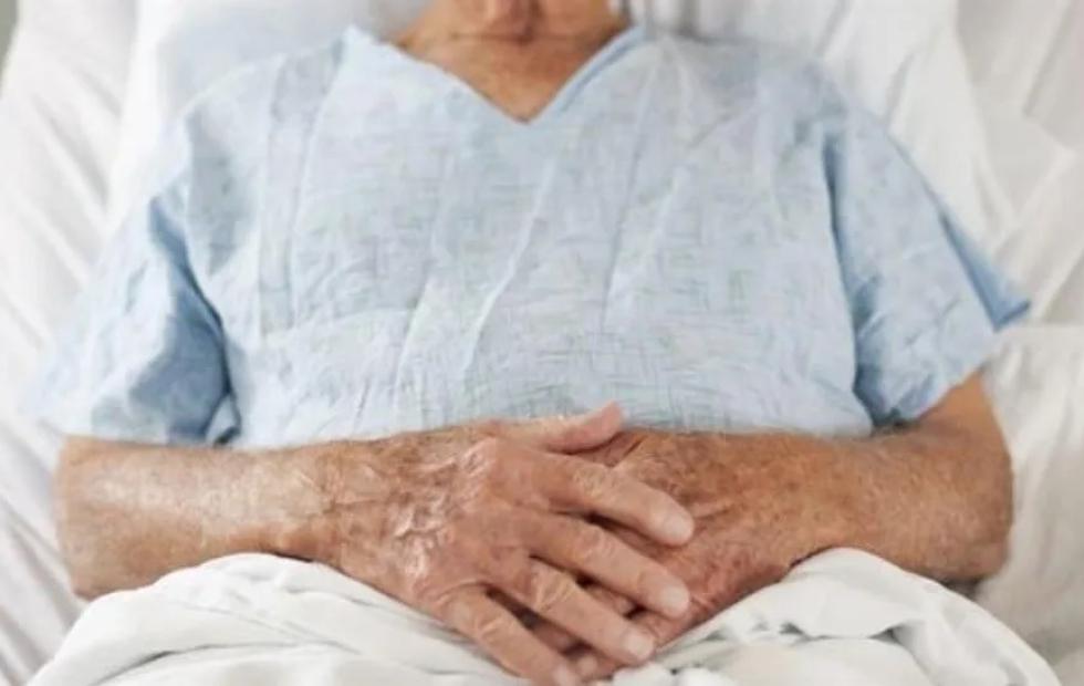 Anciano con COVID-19 huyó del hospital para despedirse de su familia