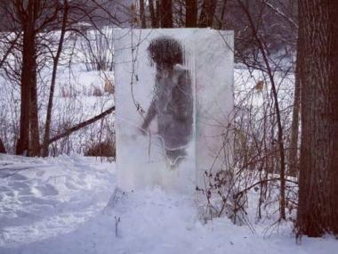 el-cavernicola-dentro-un-bloque-hielo-genero-revuelo-los-vecinos.jpg