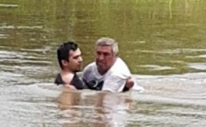 Inundaciones: Policía rescató a un agricultor que se ahogaba en su campo
