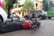 Joven motociclista chocó contra un auto en la esquina de Paraguay y Rivadavia