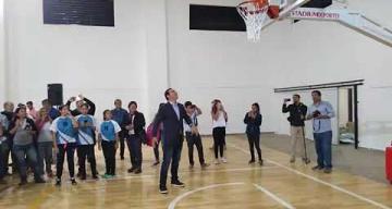 Video: Valdés jugó al básquet en Bella Vista tras inauguraciones de obras