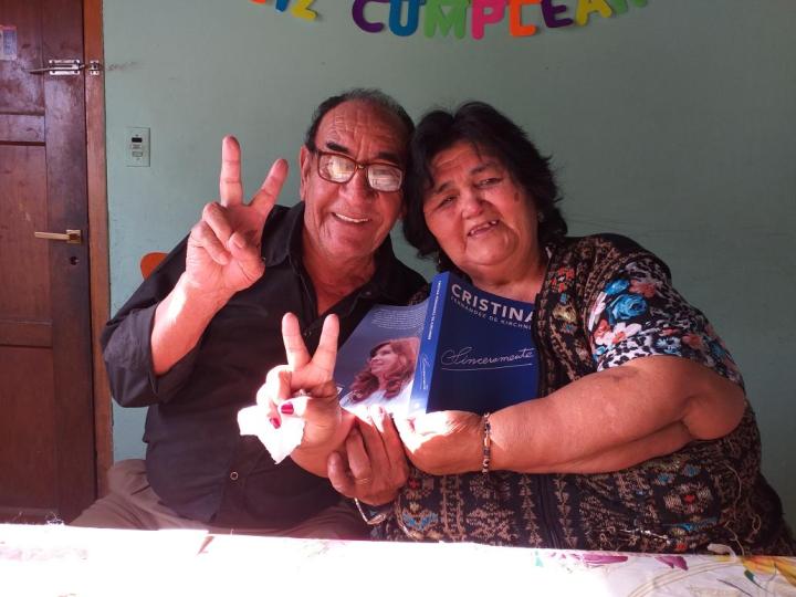 Venden una muñeca de Cristina Kirchner con el libro en la mano