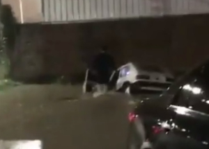 Video: Un auto cayó en una zanja en Corrientes en medio del temporal