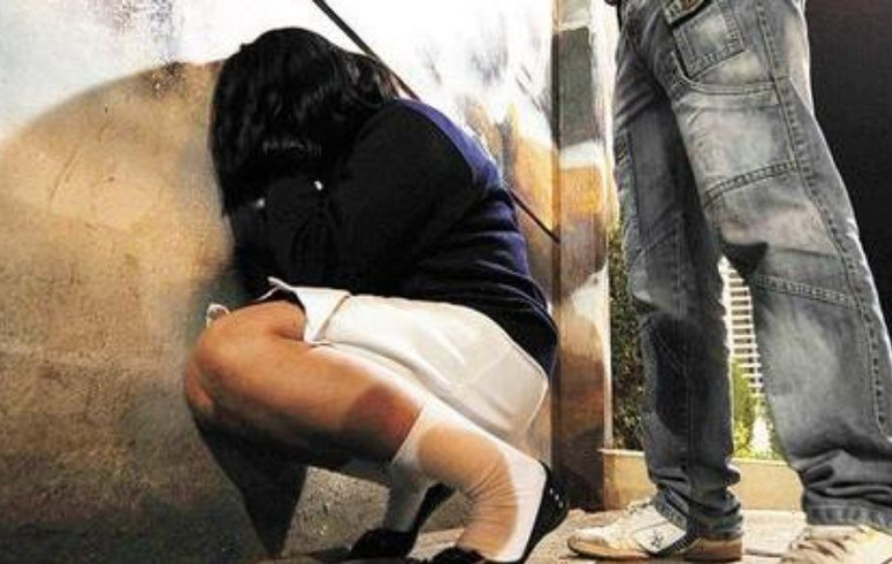 Descubrió a su novio mientras violaba a nena de 12 años y molió a palos a la menor