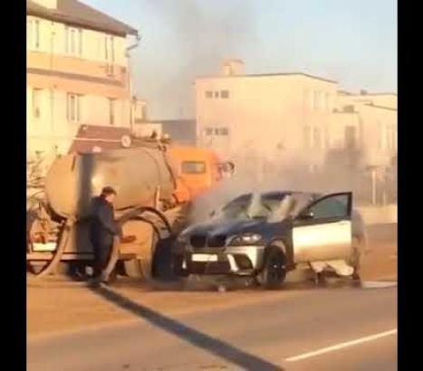 Usaron un camión atmosférico para apagar el incendio de un auto