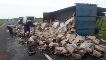 Volcó un camión y se rompieron unas 2400 cajas de vino sobre la ruta 11