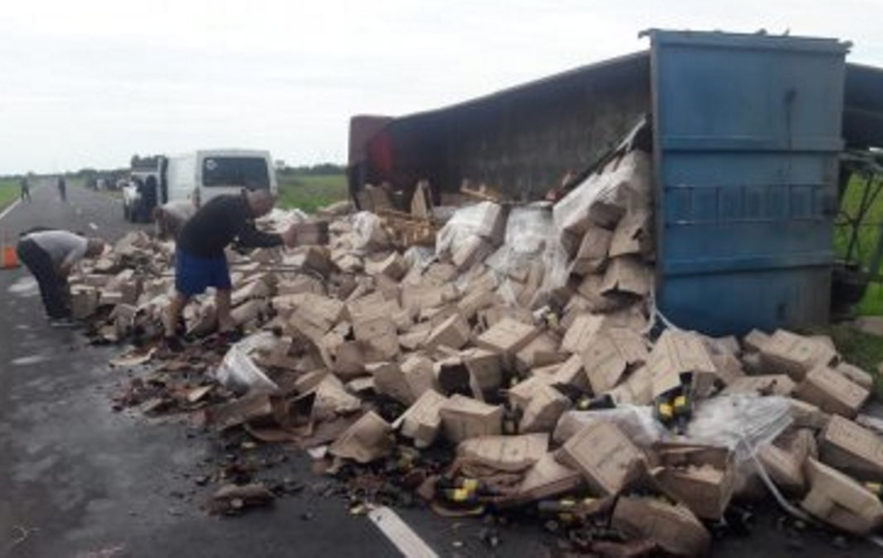 Chaco: Volcó un camión y se rompieron unas 2400 cajas de vino sobre la ruta 11