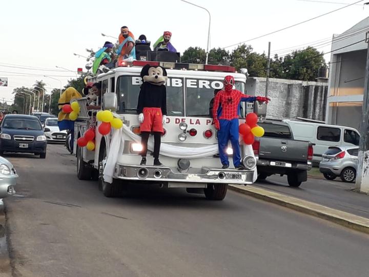"""""""Provocar una sonrisa"""": Bomberos correntinos se vistieron de Reyes Magos y realizaron una caravana"""