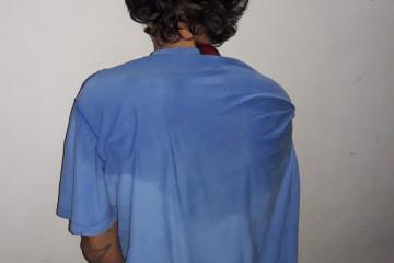 detenido remera azul.jpg