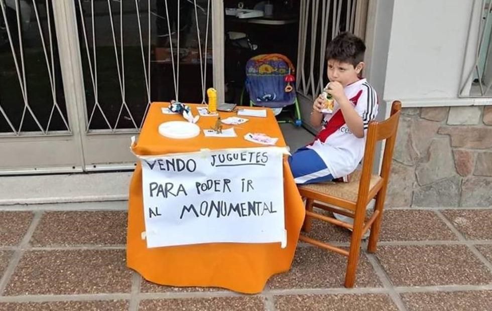 Historia viral: El nene que puso en venta sus juguetes para poder ir al Monumental