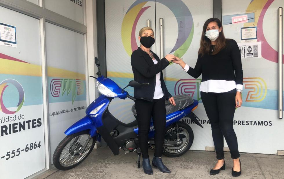 La Caja Municipal de Préstamos entregó cuatro motos al personal de la División Correo de la institución