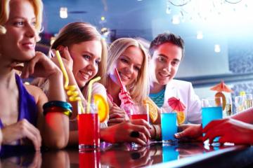Amigos-en-un-bar-consumiendo-bebidas-alcohólicas.jpg