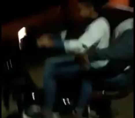 Insólito: robaron un cono de seguridad vial y se pasearon en moto llevándolo como casco