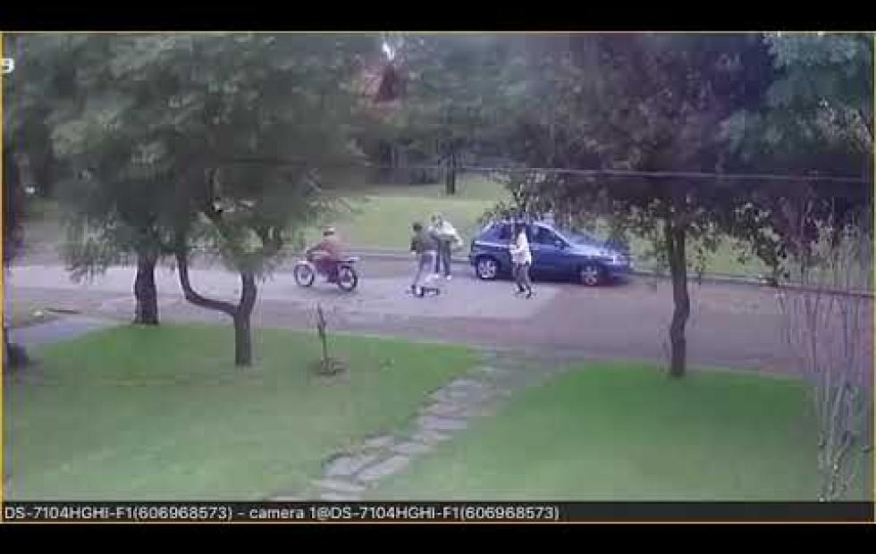 Impactante video: Violento robo de motochorros a madre e hija