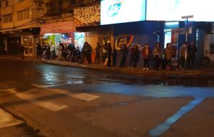Segundo día de paro de colectivos Chaco- Corrientes: Largas filas para tomar un remis
