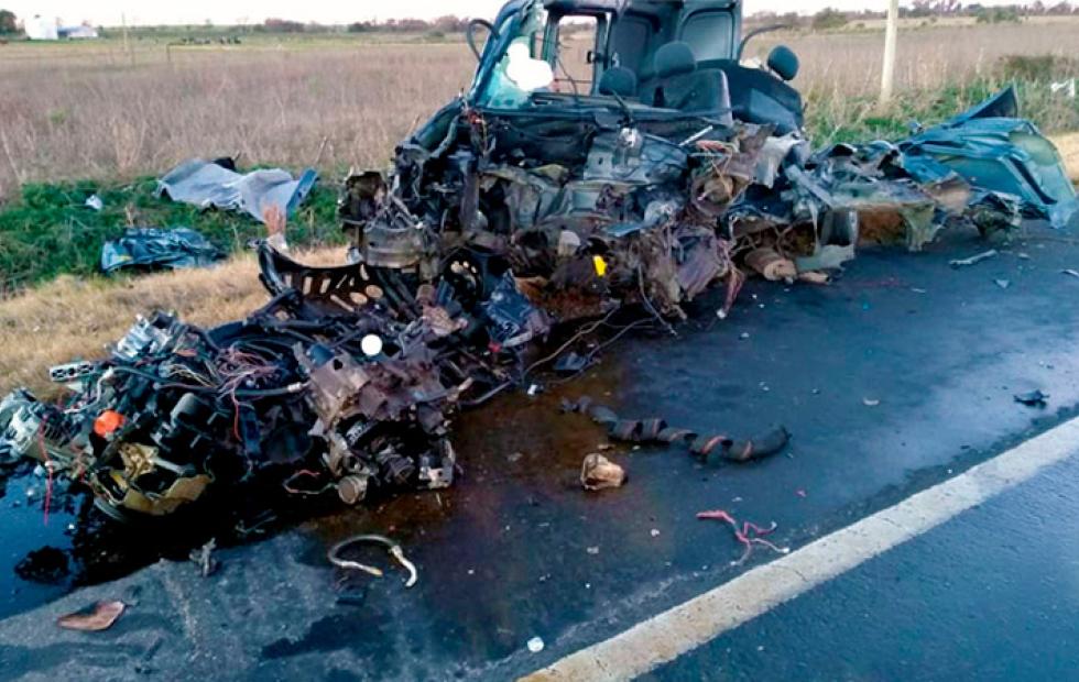 Tremendo choque frontal entre auto y camión cobró la vida de un joven