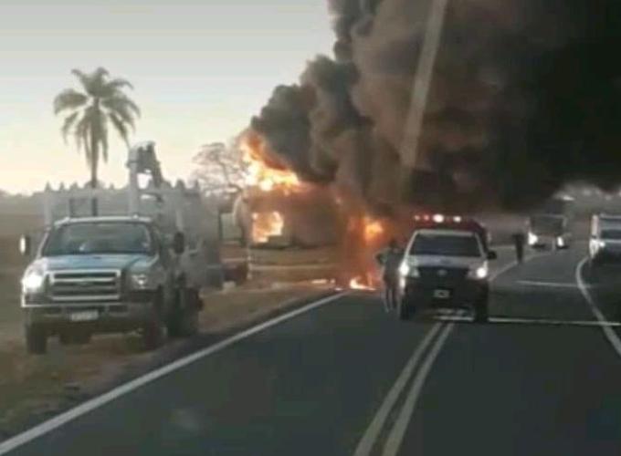 Fotos y videos: Se incendió totalmente un colectivo de larga distancia en Corrientes