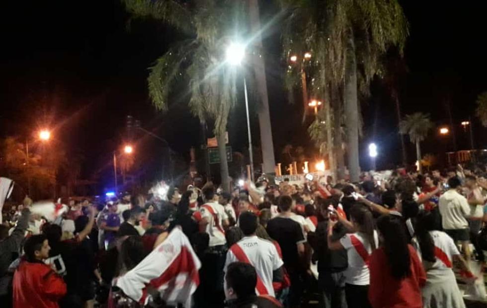 Video: Los fanáticos de River festejaron en la Costanera tras eliminar a Boca