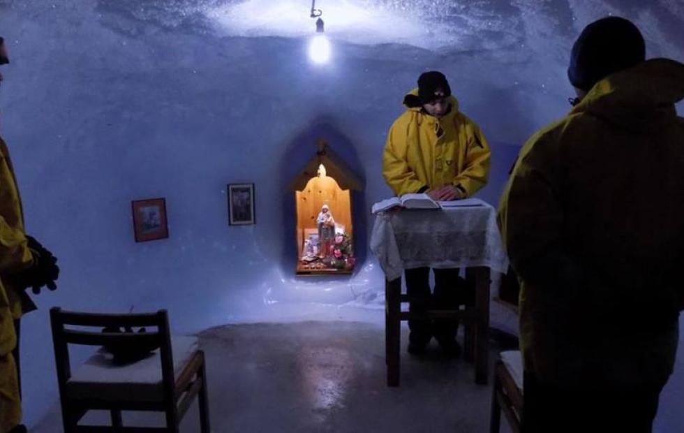 """""""Dios en el fin del mundo"""": Las increíbles imágenes de la capilla de hielo de la Virgen María en la Antártida"""