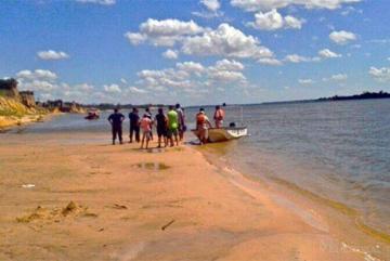 Buscan a la madre de un niño tras hallarlo ahogado junto al joven que quiso salvarlos en el río Paraná