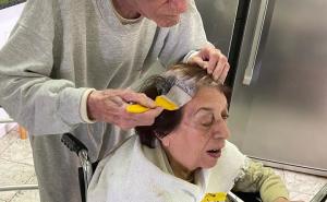 Amor en tiempos de cuarentena: el marido de 92 años que le tiñe el pelo a su mujer