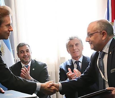 Macri y Abdo suscribieron el convenio que habilita el paso fronterizo entre Ituzaingó y Ayolas
