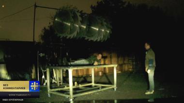 Смертельный стол: иллюзионист чуть не лишился руки во время репетиции трюка