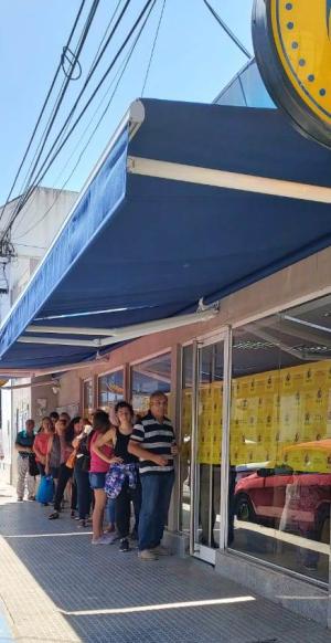 El banco de Corrientes acondiciona la espera para el uso de sus cajeros automáticos