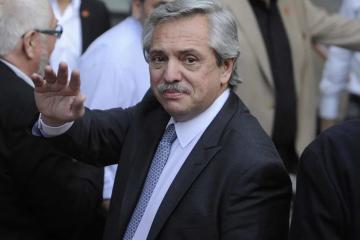 Alberto-Fernández SALUDANDO.jpg