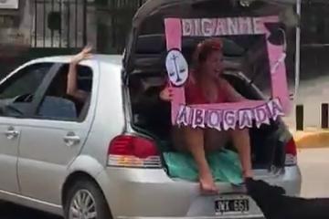 Video Viral: Joven es mordida por un perro mientras festejaba la obtención de su título