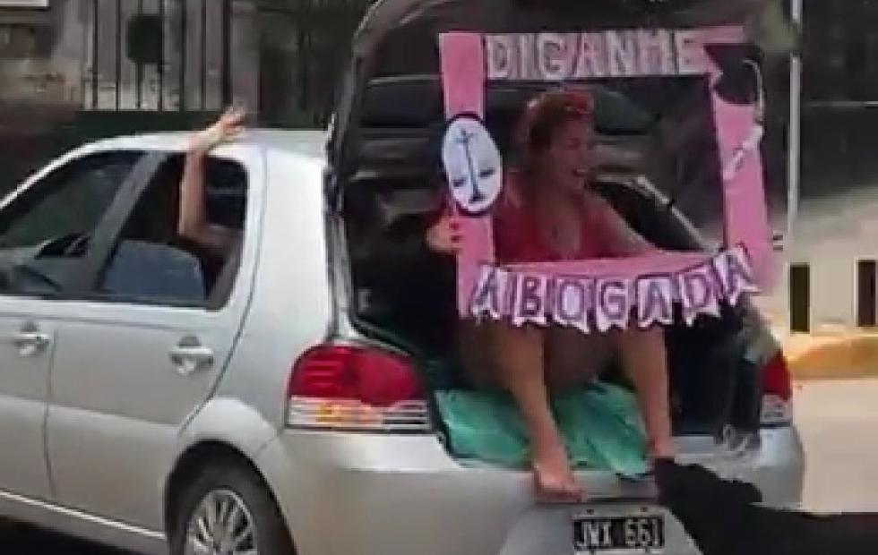 Video viral: Joven festejaba que se había recibido y la mordió un perro