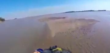 Impactante video: por la bajante histórica hicieron motocross en el río Paraná en Corrientes