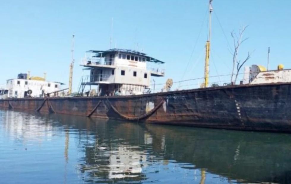 Río Paraná: alto riesgo de contaminación por un barco varado