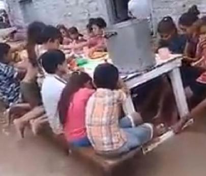 Video: Chicos meriendan con el agua hasta las rodillas en Chaco por las lluvias