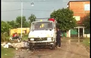 Indignante: Filman a vecinos arrojando basura en el barrio San Antonio Oeste