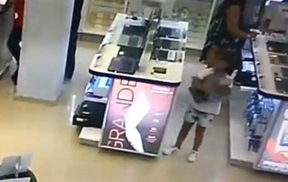 Increible video: Una nena robó una computadora de local comercial por Junín