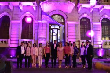 La UNNE iluminó de rosa el edificio Rectorado como símbolo de la lucha contra el cáncer de mama (7).jpeg