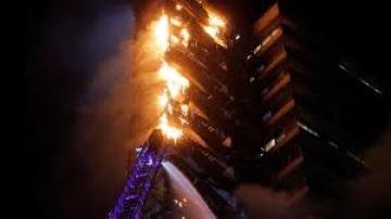 Impactante incendio en un edificio del centro de Santiago de Chile